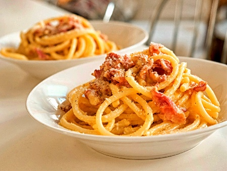 Спагети Карбонара с бекон, лук и бяло вино, яйца и пармезан - снимка на рецептата